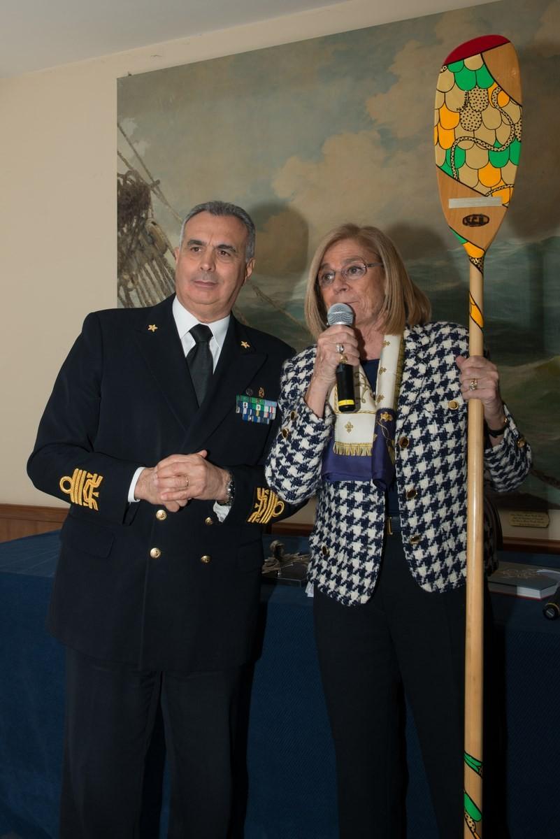 L'Amm. C. Gaudiosi e P. Melani con la pagaia del Bucintoro